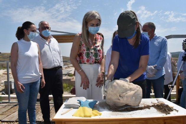 Descubrimiento de la cabeza de mármol en el yacimiento arqueológico de Cástulo