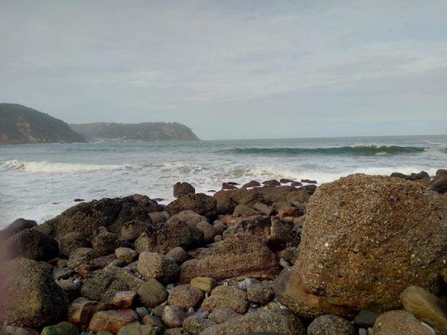 Imagen de una playa con oleaje fuerte y viento