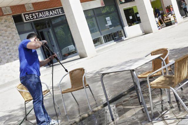 Un trabajador desinfecta la terraza de un restaurante antes de reabrir sus puertas - Jesús Hellín - Europa Press