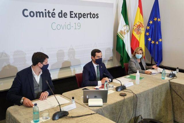 El presidente de la Junta de Andalucía, Juanma Moreno (en el centro), preside en el Palacio de San Telmo la reunión del comité de expertos para decidir nuevas medidas para frenar la pandemia del coronavirus