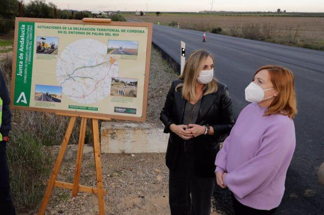 La consejera y la alcaldesa en la visita a las obras en Palma del Río