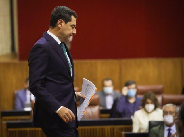 El presidente de la Junta de Andalucía, Juanma Moreno, después de su primera intervención en el debate sobre el Estado de la Comunidad en el Parlamento andaluz