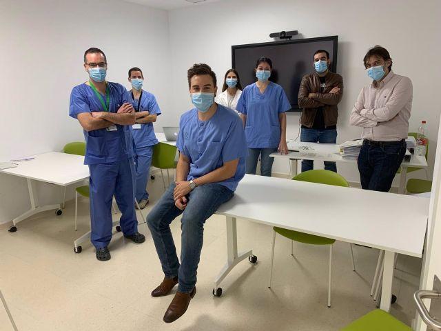 El doctor Espejo, en primer término, junto a su equipo