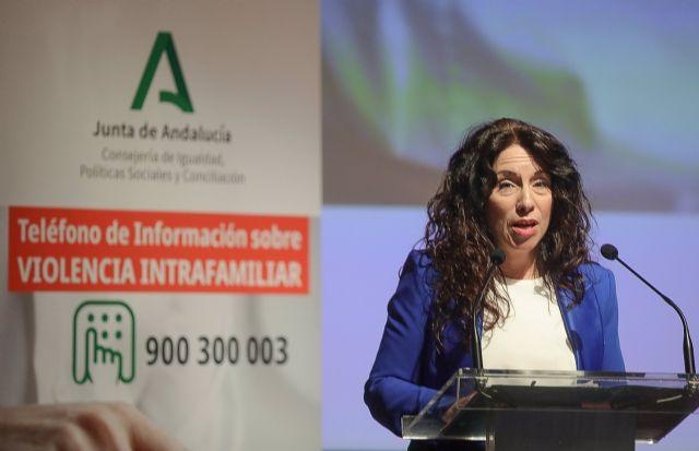 La consejera de Igualdad, Rocío Ruiz, este miércoles durante la presentación del Teléfono de Información sobre Violencia Intrafamiliar