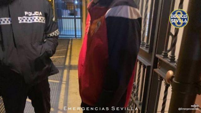 La Policía Local de Sevilla identifica por desórdenes públicos a uno de los participantes en la protesta contra el estado de alarma en la barriada de Pino Montano