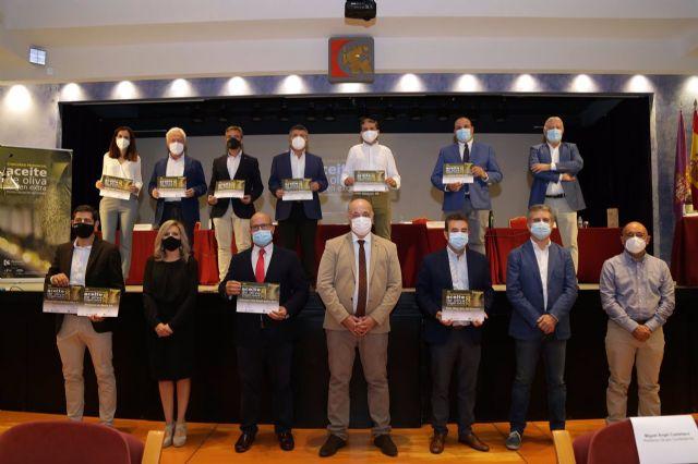 El presidente de la Diputación de Córdoba, Antonio Ruiz (abajo en el centro), junto al resto de autoridades y premiados