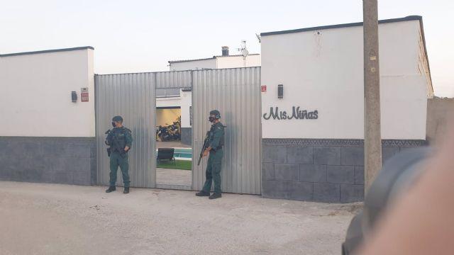 Agentes de la Guardia Civil, en un registro en el marco de una operación contra el blanqueo de capitales en el Campo de Gibraltar y la provincia de Málaga