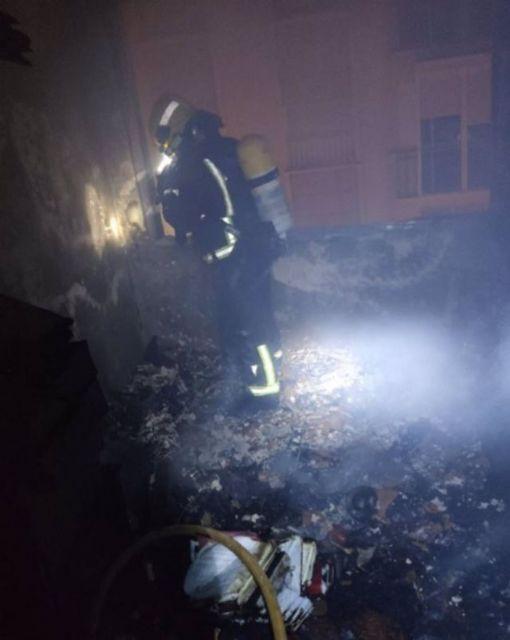 Un bombero de Málaga capìtal interviene en el incendio en una vivienda
