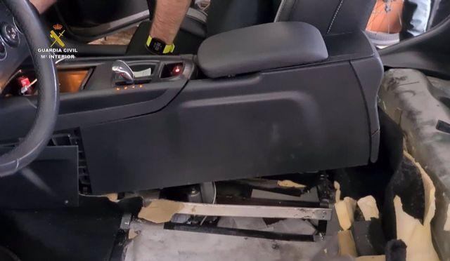 La Guardia Civil interviene 14,8 kg de hachís transportados ocultos en el doble fondo de un vehículo