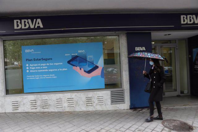 Una persona pasa por delante de la puerta de una Oficina de BBVA en Madrid. - Isabel Infantes - Europa Press