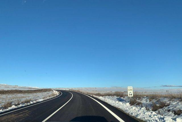 Una de las carreteras provinciales despejadas frente a la nieve