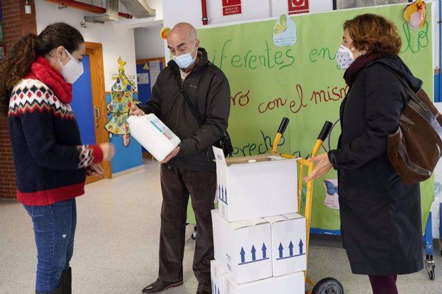 Entrega de material higiénico a un centro educativo