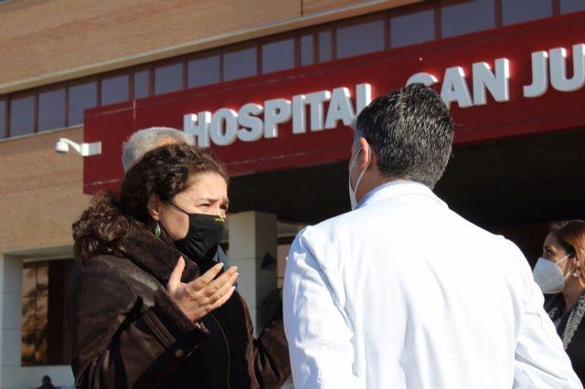 La portavoz del grupo parlamentario Adelante Andalucía, Inmaculada Nieto, en su visita al Hospital San Juan de Dios del Aljarafe.