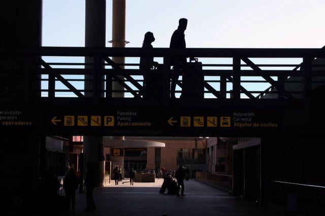 turistas a la llegada del aeropuerto de Málaga