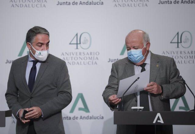El consejero de Salud y Familias, Jesús Aguirre (d); y el consejero de la Presidencia, Administración Pública e Interior y Portavoz del Gobierno Andaluz, Elías Bendodo (i); durante, a 12 de enero de 2021