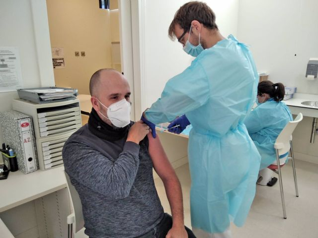 Un sanitario del hospital de Jerez (Cádiz) recibe la segunda dosis de la vacuna contra la Covid-19.