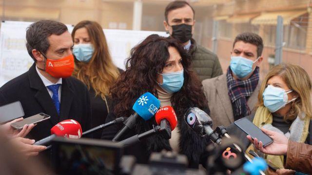 Rocío Ruiz atiende a la prensa en su visita a la residencia de mayores de La Granja en Jerez