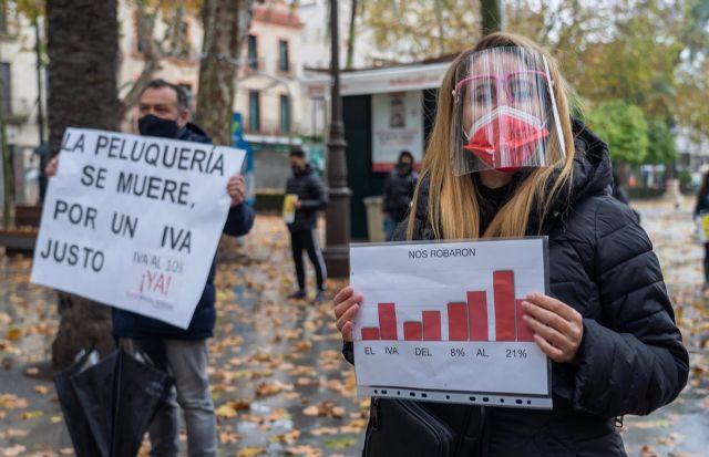 A las puertas del Ayuntamiento de Sevilla el sector de la peluquería protesta para reclamar la bajada del IVA al 10%. Sevilla (Andalucía) a 20 de enero 2021