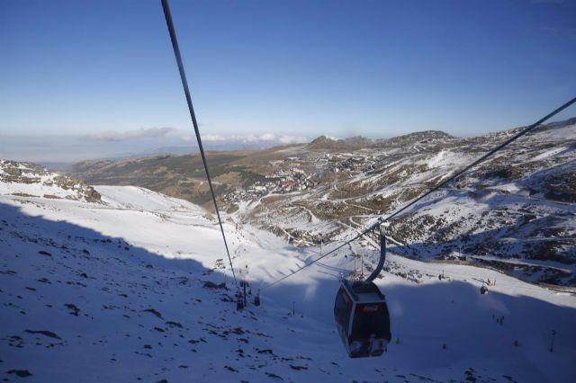 Esquiadores con mascarillas en la estación de esquí de Sierra Nevada tras la apertura de la temporada - Álex Cámara - Europa Press