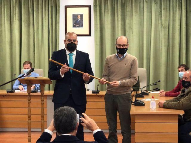 José María Rodríguez Peralta, nuevo alcalde de Yunquera, recibe la vara de mano de exregidor José Antonio Víquez, nuevo delegado de Desarrollo Sostenible de la Junta de Andalucía en Málaga