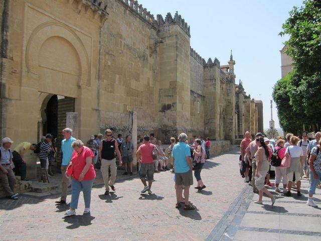 Turistas junto a la Mezquita-Catedral