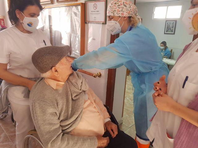 Vacunación de la segunda dosis en una residencia de Punta Umbría