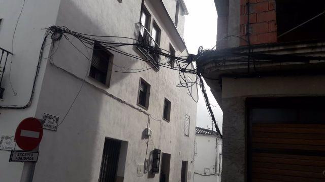 Cableado en una de las calles de Quesada