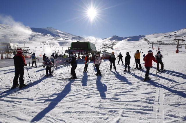 Esquiadores con mascarillas en la estación de esquí de Sierra Nevada