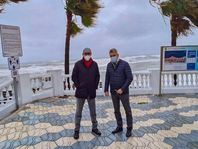 Alcalde de Benalmádena, Víctor Navas, y el concejal de Seguridad, Javier Marín, visitan el litoral de Benalmádena para cuantificar los daños del temporal