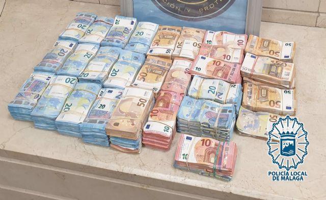 Dinero intervenido por agentes del GIP de la Policía Local de Málaga a un conductor en un coche