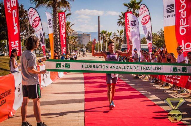 Un triatleta llega a la meta en Málaga, que este domingo celebra el V Acuatlón