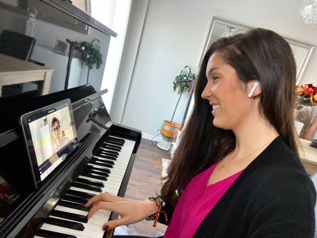 La logopeda Alba González imparte una clase a una paciente