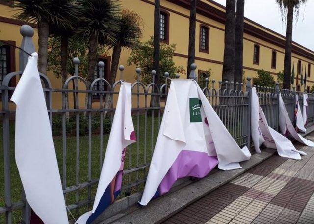 Así ha quedado la pancarta del 8M de la Diputación de Sevilla