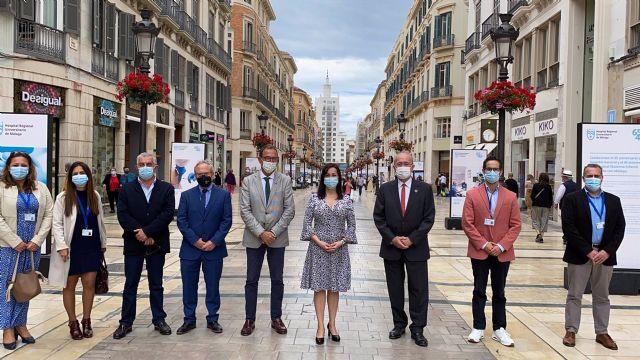 Una exposición fotográfica en calle Larios conmemora los aniversarios del Hospital General y del Materno de Málaga