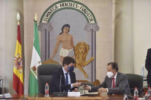 José María Román y Juan Marín firmando el convenio de turismo para la provincia