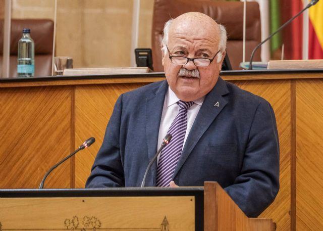 El consejero de Salud y Familias, Jesús Aguirre, en el Pleno del Parlamento andaluz