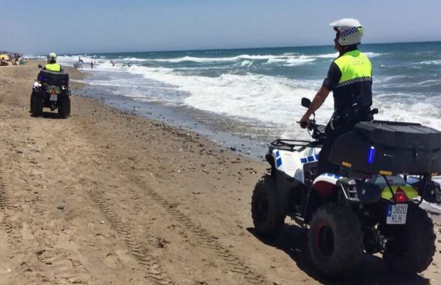 Policía local en la playa